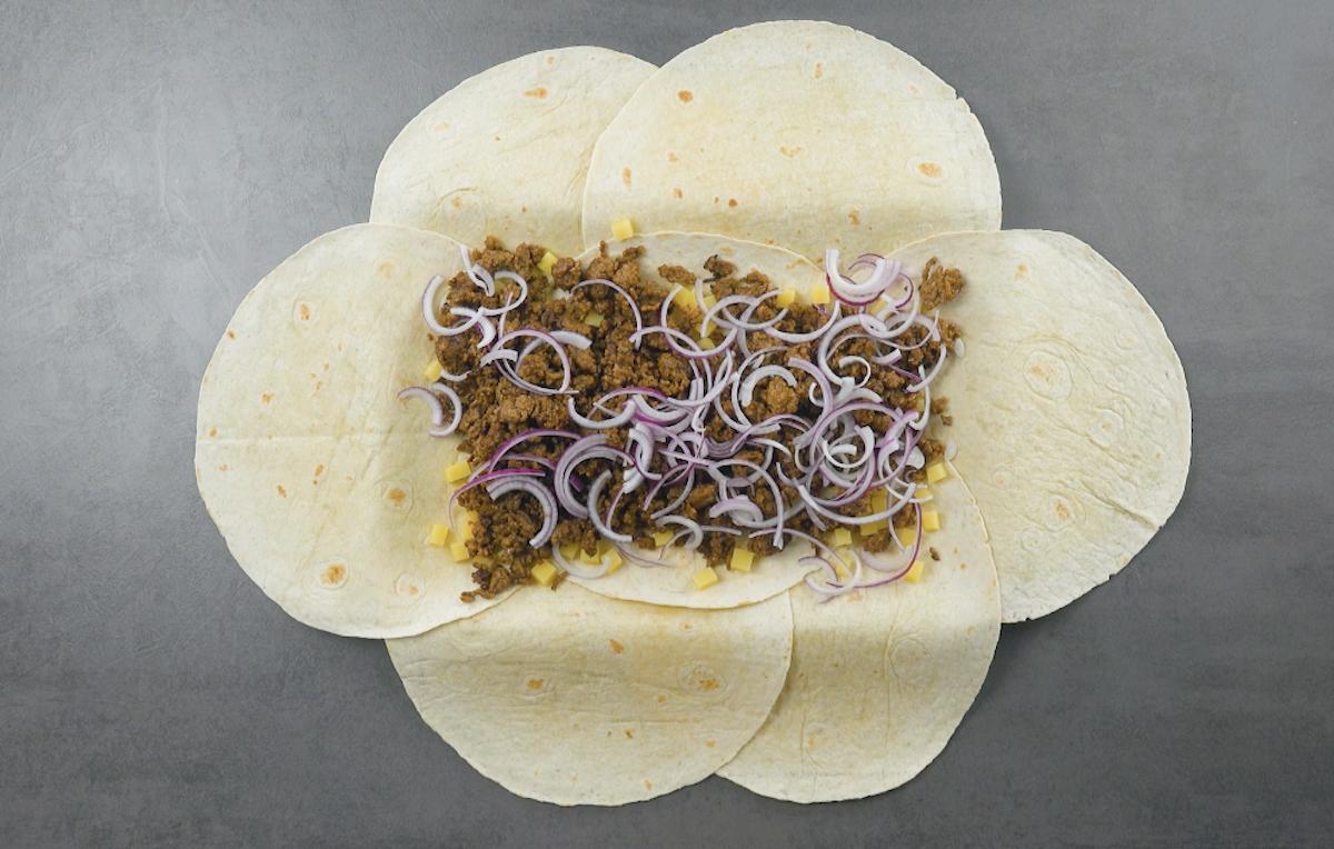 distribua a carne, cebola e batata sobre as tortillas