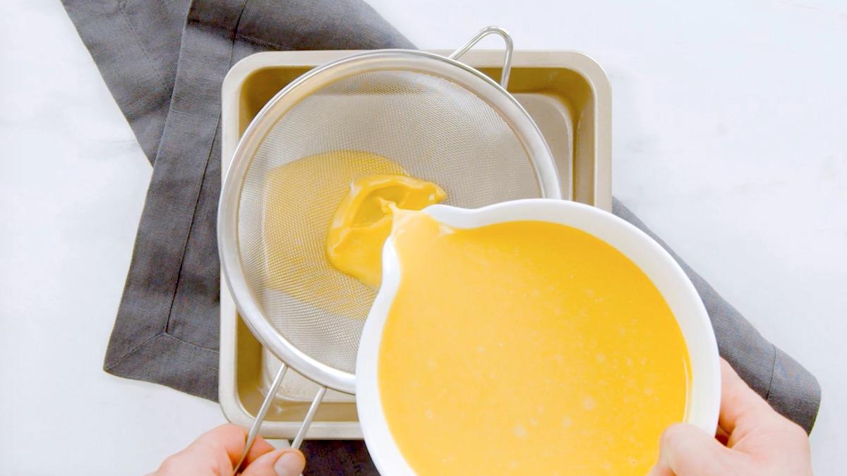 peneire a mistura de ovo
