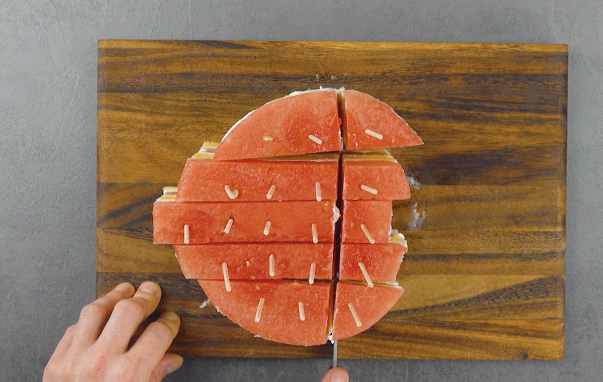 espetos de madeira na melancia