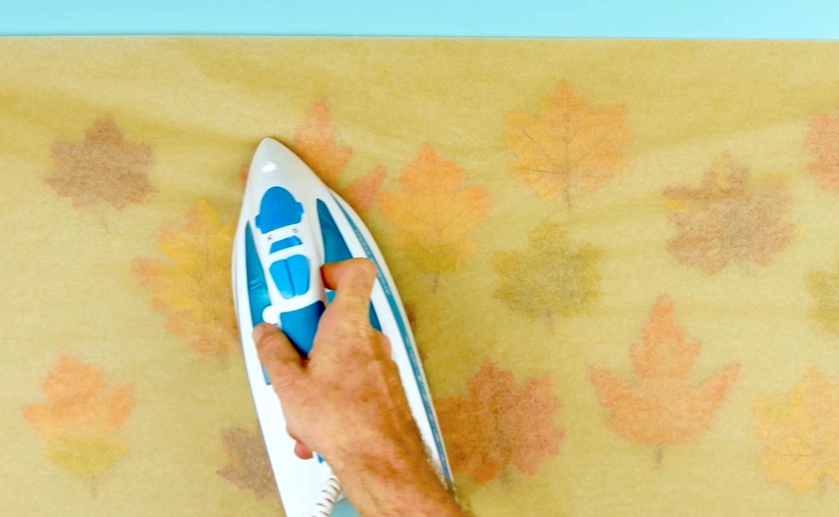 passe a ferro o papel com as folhas dentro