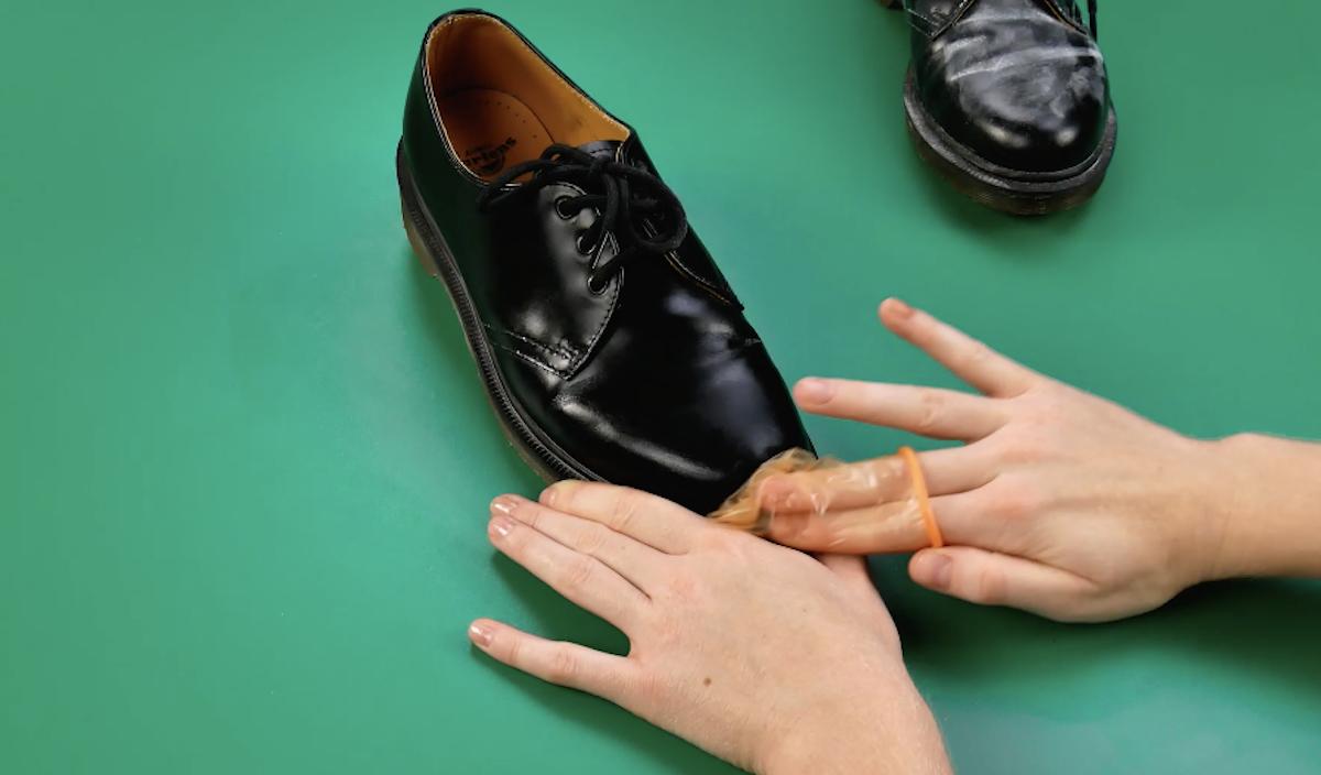 lustre sapatos com preservativo