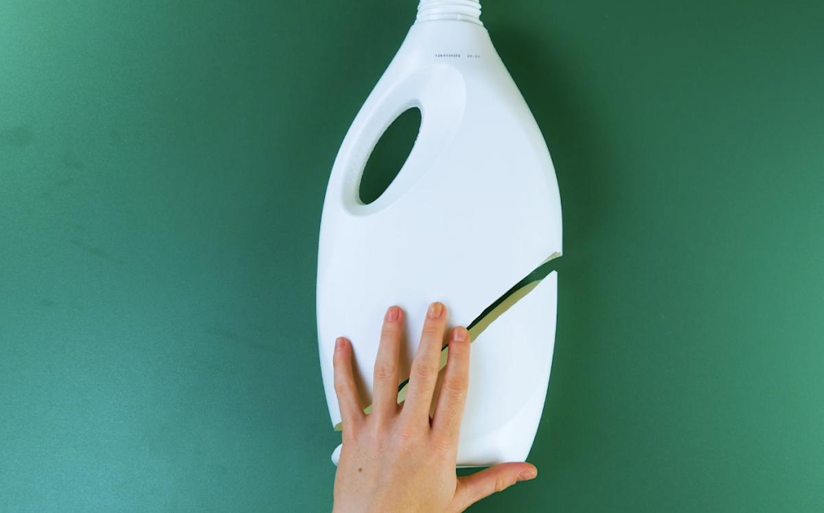 corte o canto inferior da garrafa de plástico na diagonal