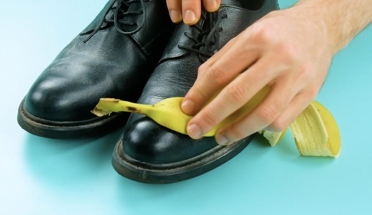 limpar sapato com casca de banana