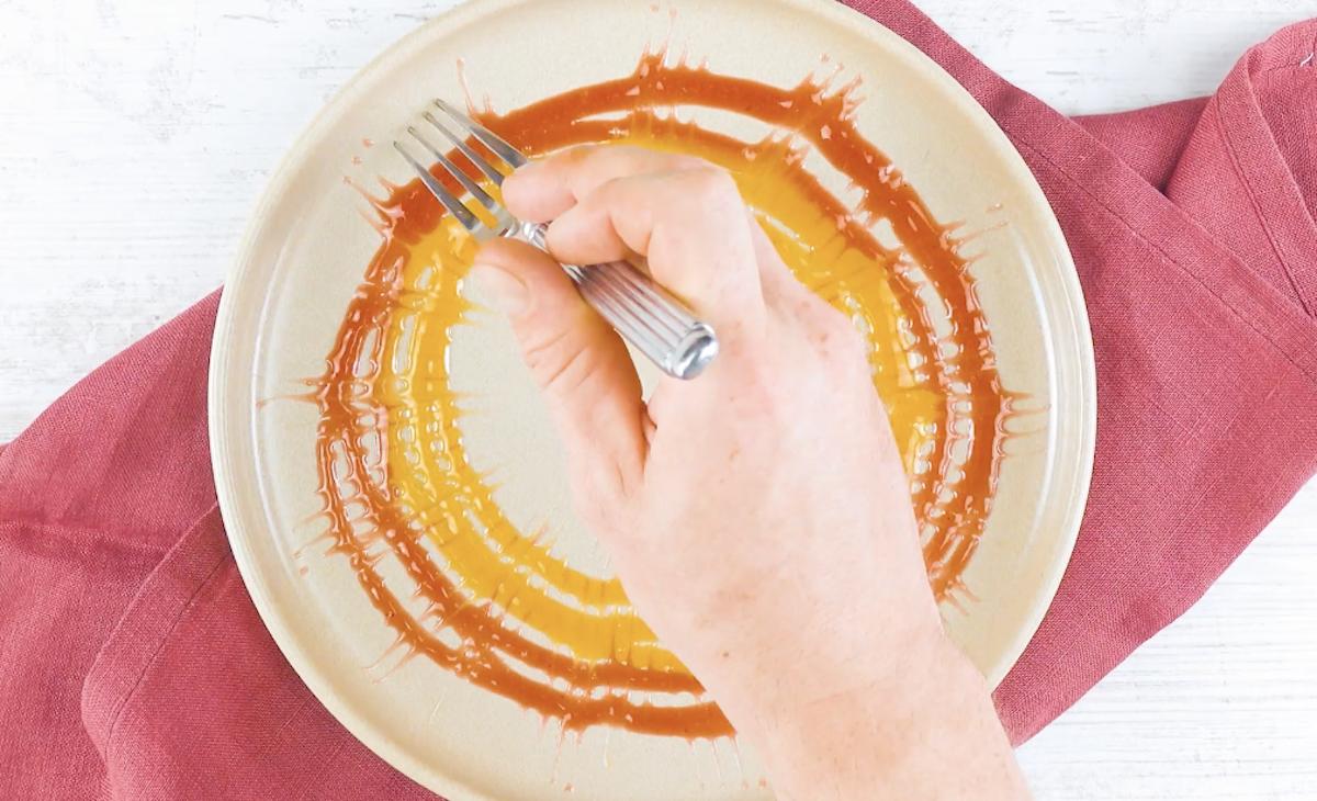 estilize a calda com o garfo