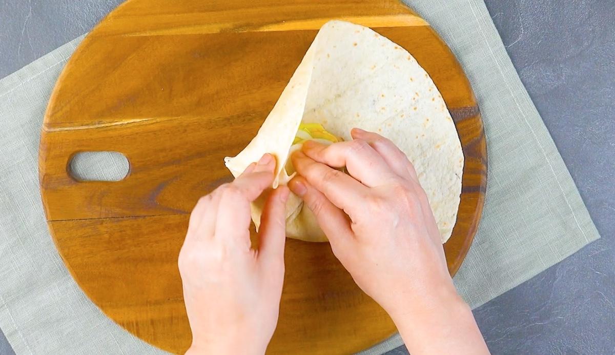recheie a tortilla e dobre-a