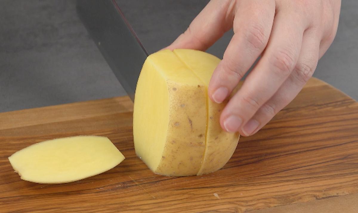 corte as batatas em retângulos