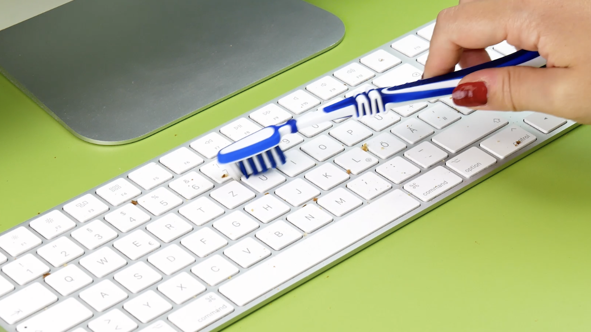 Limpar teclado com escova de dentes