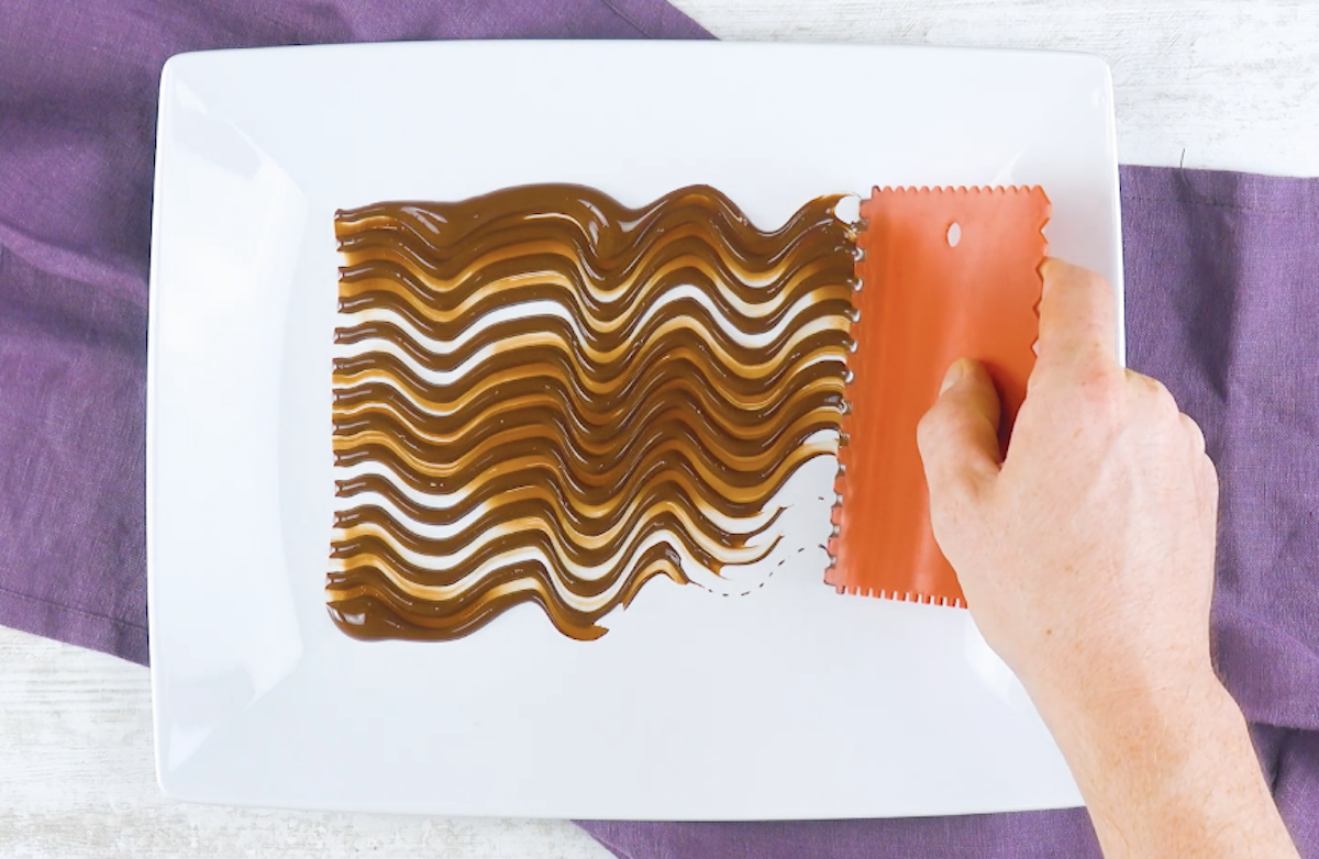espalhe o chocolate com espátula