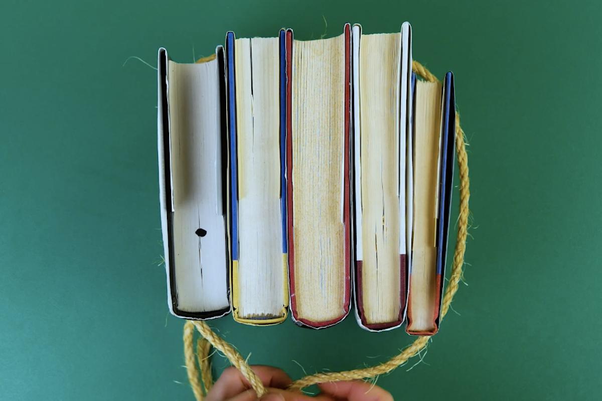 amarre os livros com corda grossa