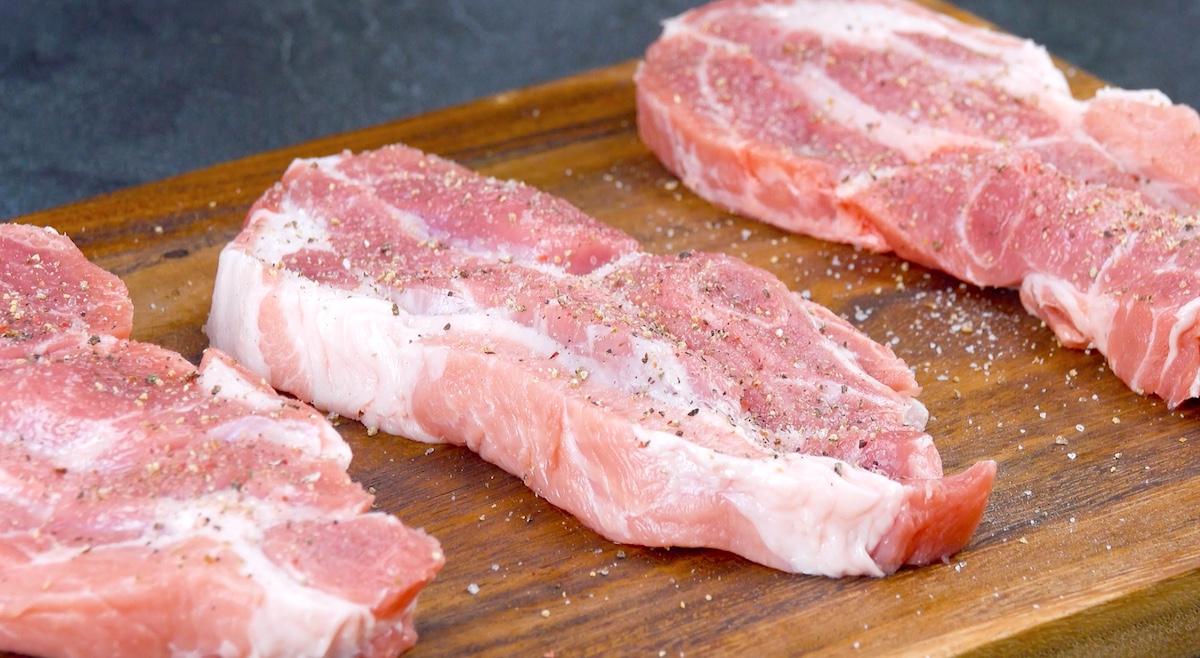 tempere os bifes de porco dos dois lados