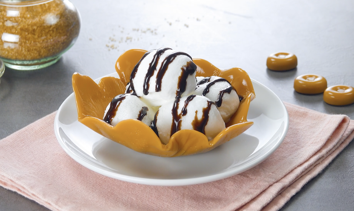 bolas de merengue na vasilha de caramelo
