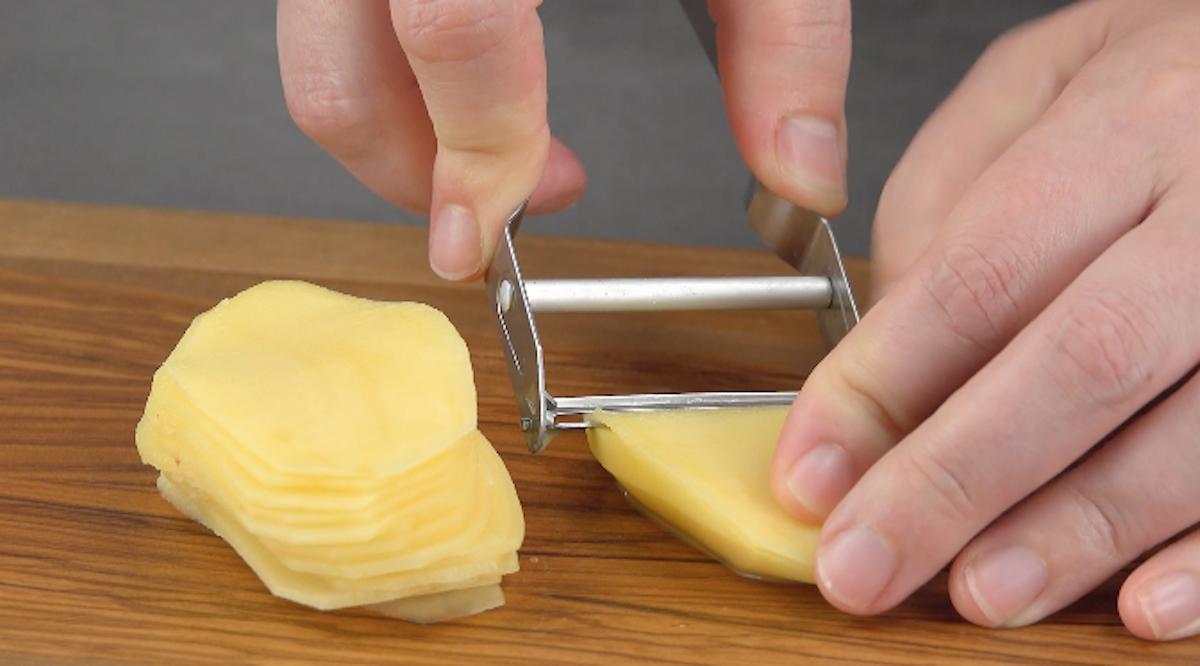 descasque e corte as batatas em fatia