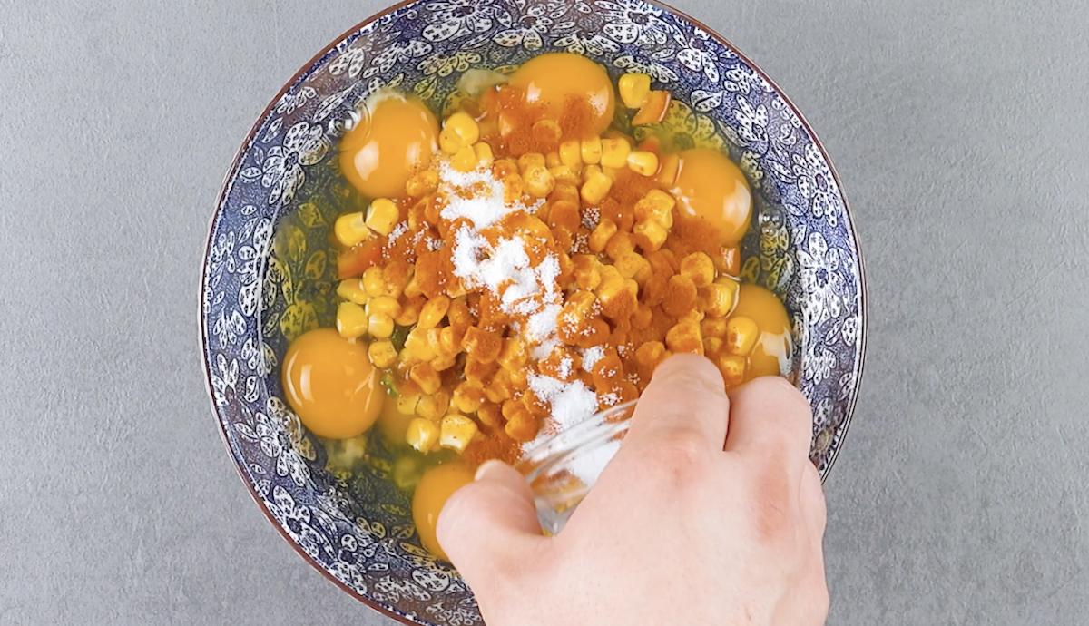 misture os ovos com os outros ingredientes